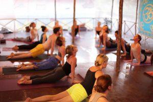 Gruppe trainiert nach bhakti yoga